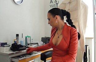 نوجوان, ژیمناست, استمناء با اسباب بازی های جنسی در مقابل یک فیلم سینمایی سکس رایگان دختر